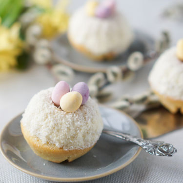Little Easter Bundt Cakes (by Icing-Sugar.com)